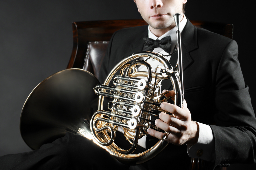 How to hold a French horn